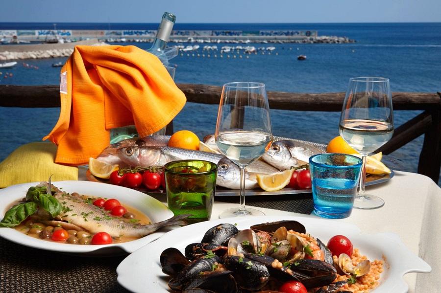 Pranzo a bordo: i consigli per la cucina in barca con le specialità ...